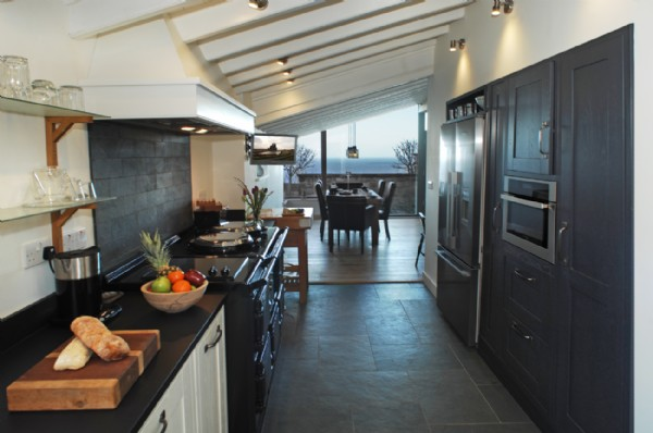 Luxury coastal cottage robin hoods bay robin hoods bay for Galley kitchen with dining area